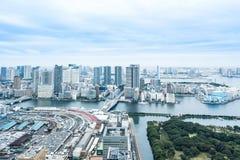 Panoramicznej nowożytnej miasto linii horyzontu oka ptasi widok z lotu ptaka Odaiba most pod dramatycznym błękitnym chmurnym nieb Fotografia Royalty Free