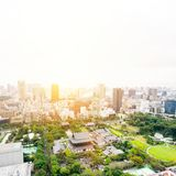 Panoramicznej nowożytnej miasto linii horyzontu oka ptasi widok z lotu ptaka z zojo-ji świątynną świątynią w Tokio, Japonia obraz stock