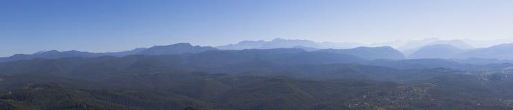 Panoramiczni widoki Kaukaz góry z obserwaci wierza na halnym Dużym Ahun Zdjęcia Stock