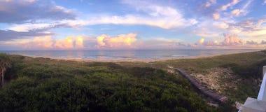 Panoramiczny boardwalk przez diun plaża fotografia stock