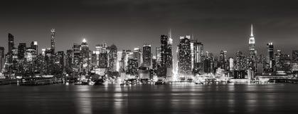 Panoramiczny Czarny & Biały widok środków miasta Zachodni drapacze chmur przy nocą Manhattan, nowy jork miasto Zdjęcie Royalty Free