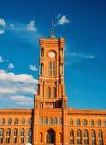 Panoramiczny frontowy widok czerwony urząd miasta w Berlin zdjęcia royalty free