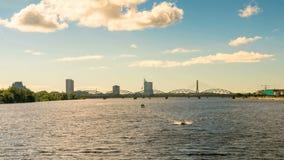 Panoramiczny Hyperlapse Ryski, naród biblioteka, skyscrapes, Rzeczny Daugava w Ryskim, Latvia zbiory