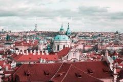 Panoramiczny i Nad miasta widok Praga od Praga kasztelu zdjęcie stock