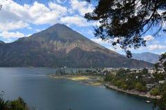 Panoramiczny krajobrazów Atitlan jezioro Gwatemala fotografia stock