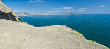 Panoramiczny krajobraz Czarny Denny brzeg w Noviy Svet kurorcie Zdjęcia Royalty Free