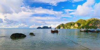 Panoramiczny krajobraz morze zatoka z pary fisher małymi łodziami zbliża Phi Phi wyspę, Zdjęcia Stock