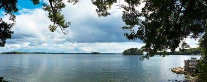 Panoramiczny krajobraz pokazuje jezioro w Plön zdjęcia stock