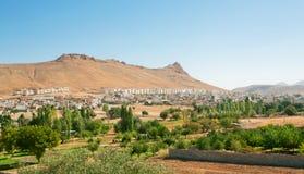 Panoramiczny krajobraz z górami i antycznym miastem Fotografia Stock