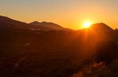 Panoramiczny krajobrazowy widok winnica, zieleni wzgórza i wiejska droga w Crete, Grecja Zmierzchu światło Obrazy Stock