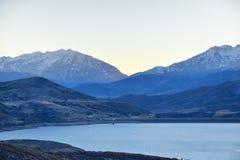 Panoramiczny Krajobrazowy widoku Jordanelle rezerwuar z Utah autostrady 248 w Wasatch tylnych Skalistych górach i Cloudscape, fotografia stock