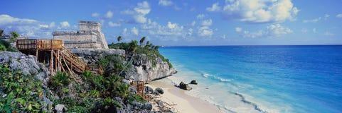 Panoramiczny Majskie ruiny Ruinas De Tulum i El Castillo przy zmierzchem, z plażą i morzem karaibskim, w Quintana R (Tulum ruiny) Zdjęcie Stock