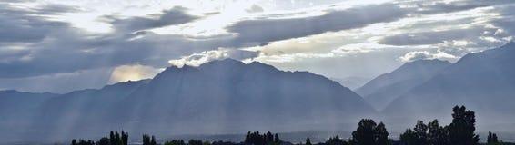 Panoramiczny mglisty widok aniołów promienie od wschodu słońca i Wasatch Frontowego Skalistego pasma górskiego przyglądającego ws Obraz Stock