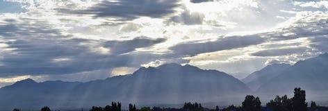 Panoramiczny mglisty widok aniołów promienie od wschodu słońca i Wasatch Frontowego Skalistego pasma górskiego przyglądającego ws Obrazy Stock