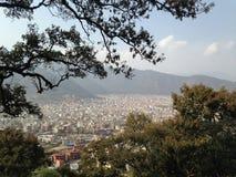 Panoramiczny miasto widok, góry na tle obraz stock