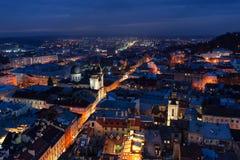 Panoramiczny noc pejzażu miejskiego widok na dachach, ruchu drogowym i kopułach Lviv miasto, Ukraina obrazy royalty free