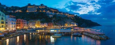 Panoramiczny noc widok grande w Sorrento Marina - popularny turystyczny miejsce przeznaczenia w Włochy zdjęcie royalty free