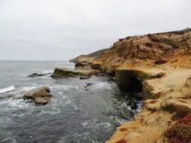 Panoramiczny obrazek przy Cabrillo Krajowego zabytku tidepools i blefami Nabrzeżni blefy i tidepools znajdują wzdłuż point loma fotografia stock