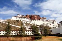 Panoramiczny Potala pałac z ludźmi republiki inside Chiny flaga, Potala pałac kwadrat, drzewa as well as meado, zdjęcie stock