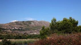 Panoramiczny strzał dalmatian natura z wzgórzem z wiatraczkami wewnątrz behind zbiory wideo