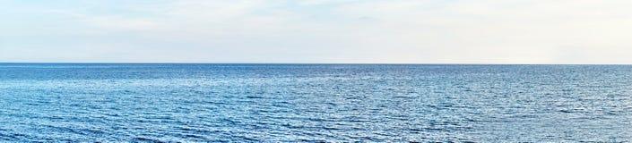 Panoramiczny strzał plaża z niebieskim niebem zdjęcia royalty free