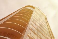 Panoramiczny szeroki kąta widok stali światła złocisty tło szklany wysoki wzrosta budynku drapacz chmur z balkonami Fotografia Royalty Free