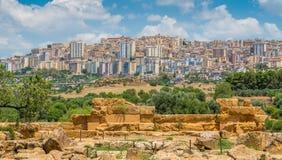 Panoramiczny widok Agrigento miasto jak widzieć od doliny świątynie Sicily, południowy Włochy obraz royalty free