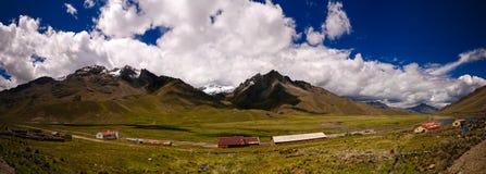 Panoramiczny widok Andes halni przy Abra losu angeles Raya przepustką, Puno, Peru fotografia royalty free