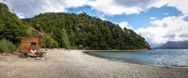 Panoramiczny widok Bahia Mansa zatoka i ratownik kabina przy Nahuel Huapi jeziorem - willa losu angeles angostura, Patagonia, Arg obraz royalty free