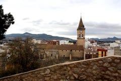 Panoramiczny widok basztowi dzwony duży zegar archpriestal Świątobliwy Santiago kościół w Villena mieście i fotografia stock