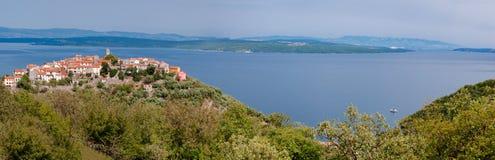 Panoramiczny widok Bel morze w Cres wyspie i miasteczko Obraz Stock