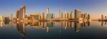 Panoramiczny widok biznes zatoka i centrum miasta Dubaj, odbicie w rzece, UAE Zdjęcie Royalty Free