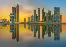 Panoramiczny widok biznes zatoka i centrum miasta Dubaj, odbicie w rzece, UAE Obrazy Royalty Free