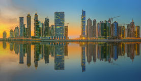 Panoramiczny widok biznes zatoka i centrum miasta Dubaj, odbicie w rzece, UAE Zdjęcia Stock