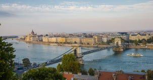 Panoramiczny widok Budapest i parlamentu budynek w Węgry w pięknej jesieni Timelapse zdjęcie wideo