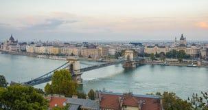 Panoramiczny widok Budapest i parlamentu budynek w Węgry w pięknej jesieni Timelapse W ruchu od lewicy zbiory