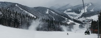 Panoramiczny widok Bukovel ośrodek narciarski od narciarskiego dźwignięcia, śniegu, gór i drzew na tle, zdjęcie royalty free