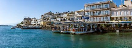Panoramiczny widok bulwar małego elita turystyczny miasteczko - Elounda obraz stock