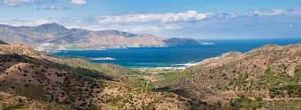 Panoramiczny widok Cadaques zatoki góra i krajobraz zdjęcia royalty free