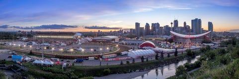 Panoramiczny widok Calgary panika przy zmierzchem Fotografia Royalty Free