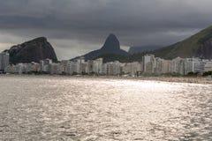 Panoramiczny widok Copacabana plaża i swój budynki obrazy stock