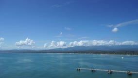Panoramiczny widok Costa Rica linia brzegowa blisko Limon miasta od morza z spektakularnymi chmurami zbiory