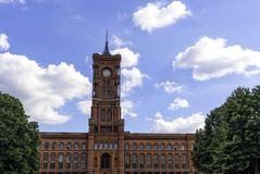 Panoramiczny widok czerwony urząd miasta w Berlińskim Niemcy Wrzesień fotografia stock