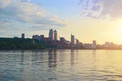 Panoramiczny widok Dnepropetrovsk miasto od Zaporoskiej rzeki Obraz Stock