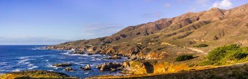 Panoramiczny widok dramatyczna ocean spokojny linia brzegowa, Garapata zdjęcia royalty free