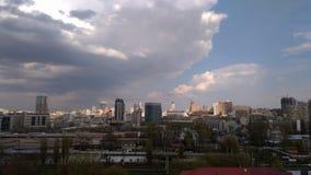 Panoramiczny widok drapacze chmur Kijów przeciw tłu chmurny niebo Zdjęcia Stock