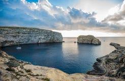Panoramiczny widok Dwejra zatoka z grzyb skałą, Gozo, Malta zdjęcie stock