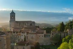 Panoramiczny widok dziejowy centrum Girona miasto od z średniowieczną ścianą w popołudniowym świetle słonecznym zdjęcia stock