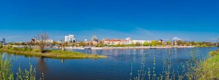 Panoramiczny widok Elbe, katedr, starego i nowożytnego miasteczko w Magde, Zdjęcie Stock