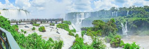 Panoramiczny widok footbridge Cataratas robi Iguacu Zdjęcia Royalty Free
